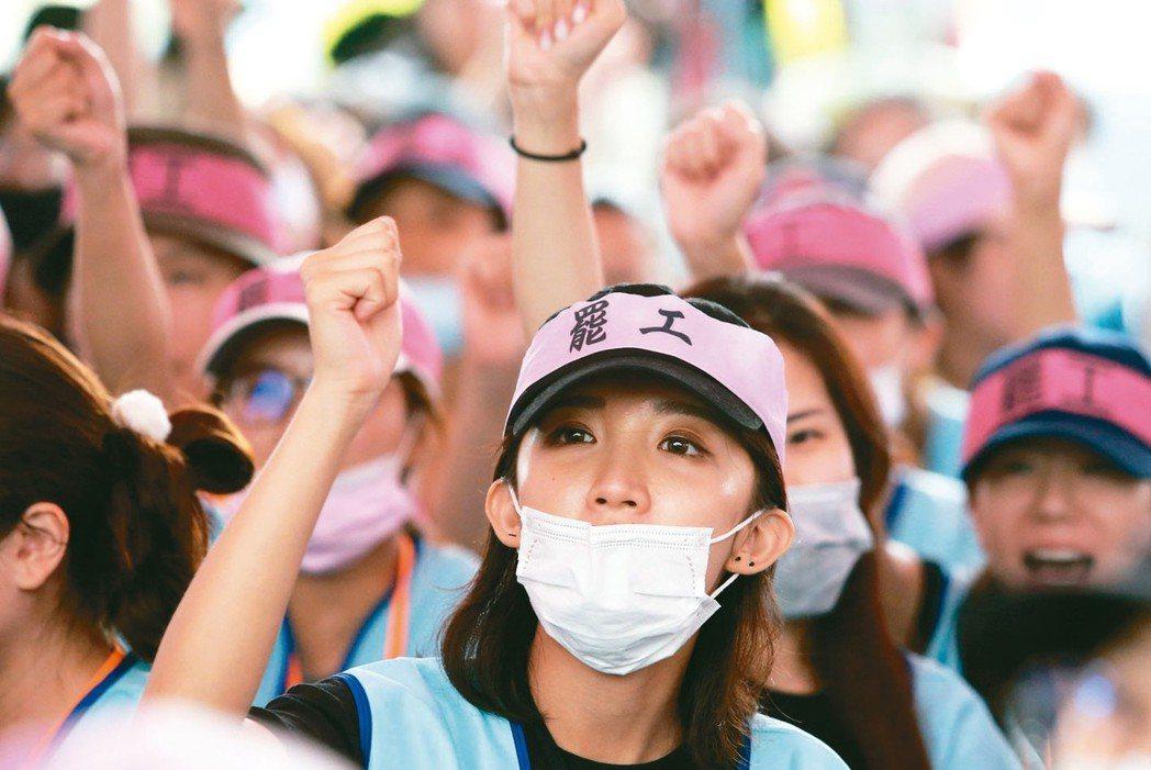 長榮航空空服員罷工今天進入第5天,參與罷工的空服員持續在現場呼口號抗爭。 記者胡...