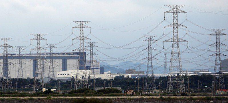 中美貿易戰未來幾年將有大量台商回流,台灣面臨能源轉型,未來工業用電是否可滿足廠商需求還是未知數。圖為南科路竹園區高壓電塔。 記者劉學聖/攝影