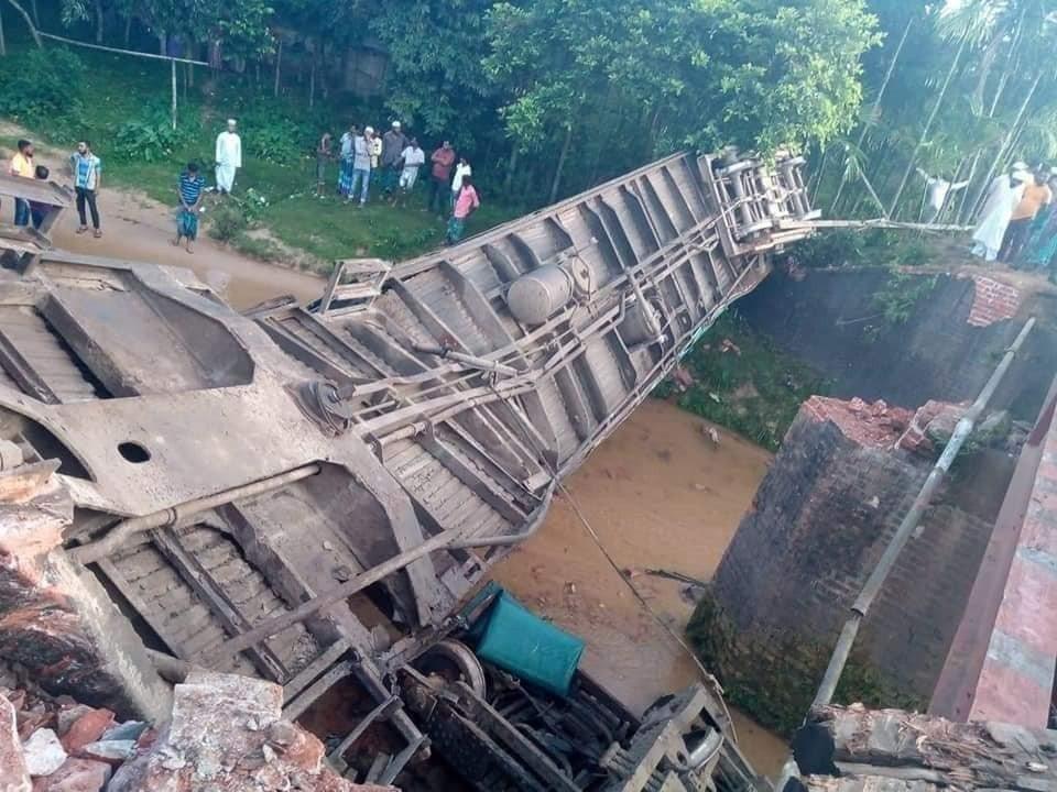 孟加拉一輛火車墜入運河。 圖/擷自SAMAA