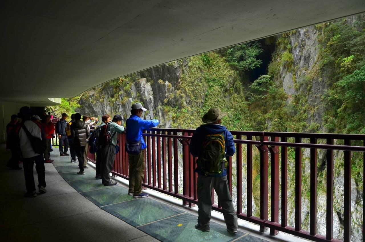 九曲洞新設水景步道中有10公尺設置強化玻璃,讓遊客透視湍急溪水。圖/太魯閣國家公...