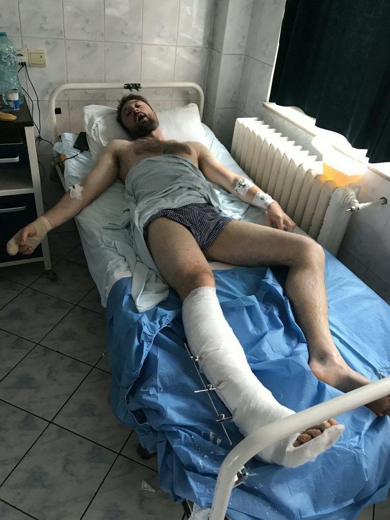 鮑爾由直升機送至當地醫院接受治療。(51新聞圖片)