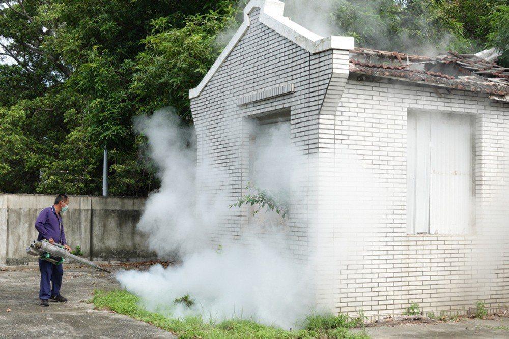 高雄海軍陸戰隊針對閒置營舍進行噴藥,防止登革熱疫情擴散。 圖/聯合報系資料照