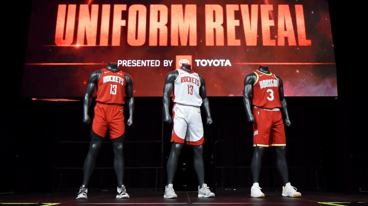火箭新球季隊徽與球衣均有變化,日前也一口氣發表3款準備於下季著用的新球衣。 截圖...