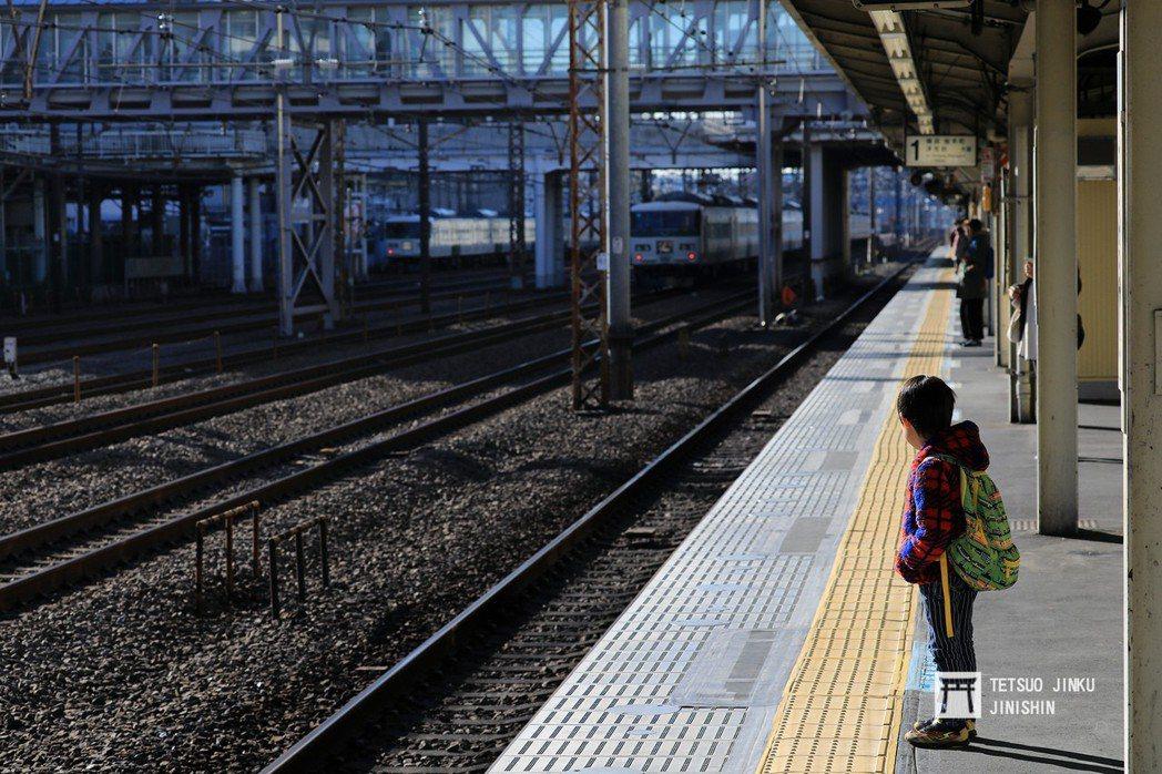 熱愛鐵道就不應該傷害鐵道。圖為日本月台邊的小小鐵道迷。 攝影/陳威臣