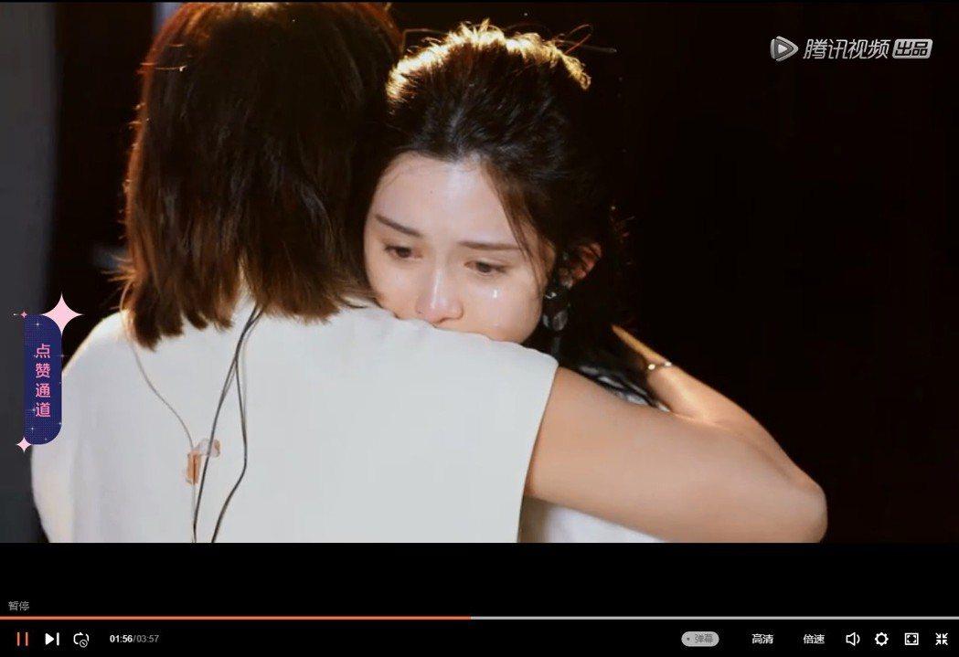 孫燕姿擔心吳兆絃並擁抱她。圖/翻攝自《明日之子 第3季》騰訊視頻