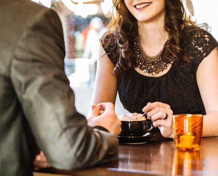 美國最近一項研究發現,有23%-33%的女性承認她們曾為了「吃」赴約。示意圖,圖...