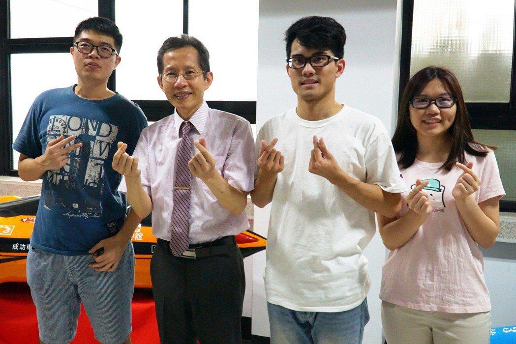 機械系蔡耀文教授(左二)在教學上深獲學生愛戴。 大葉大學/提供。