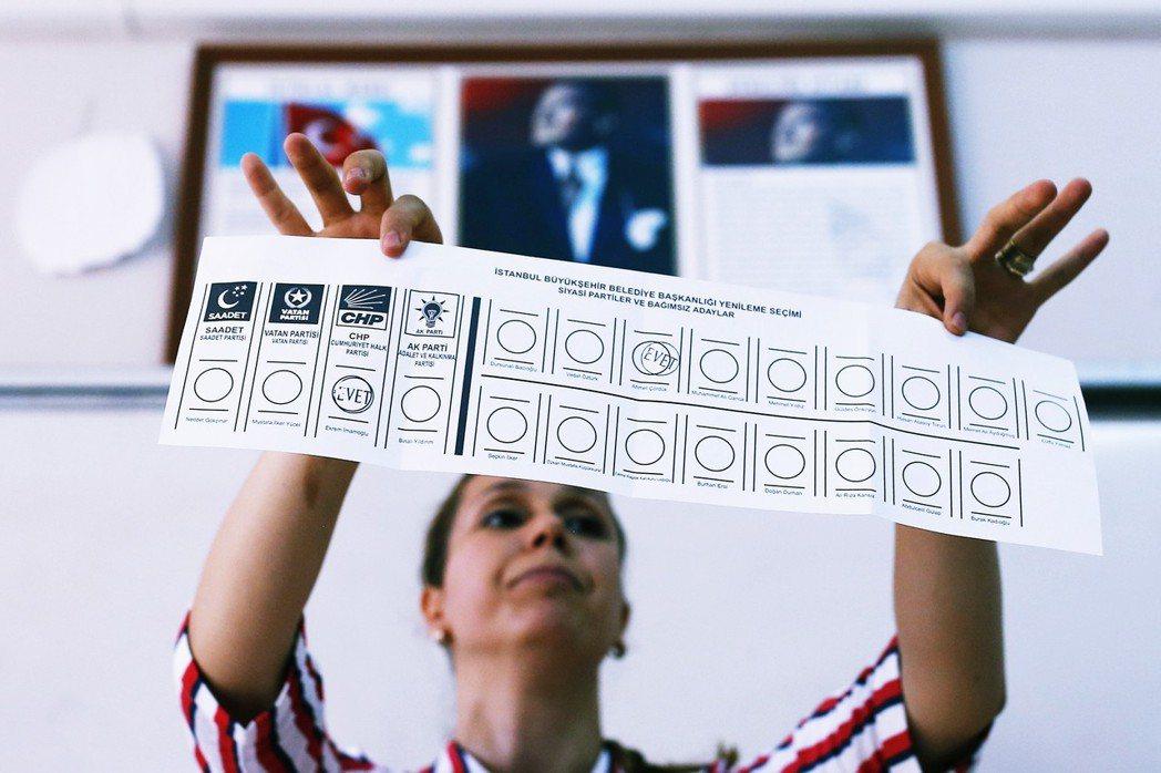 在已開出約99%的選票中,伊瑪莫魯已拿下約54%的得票率,以9個百分點的差距,大...