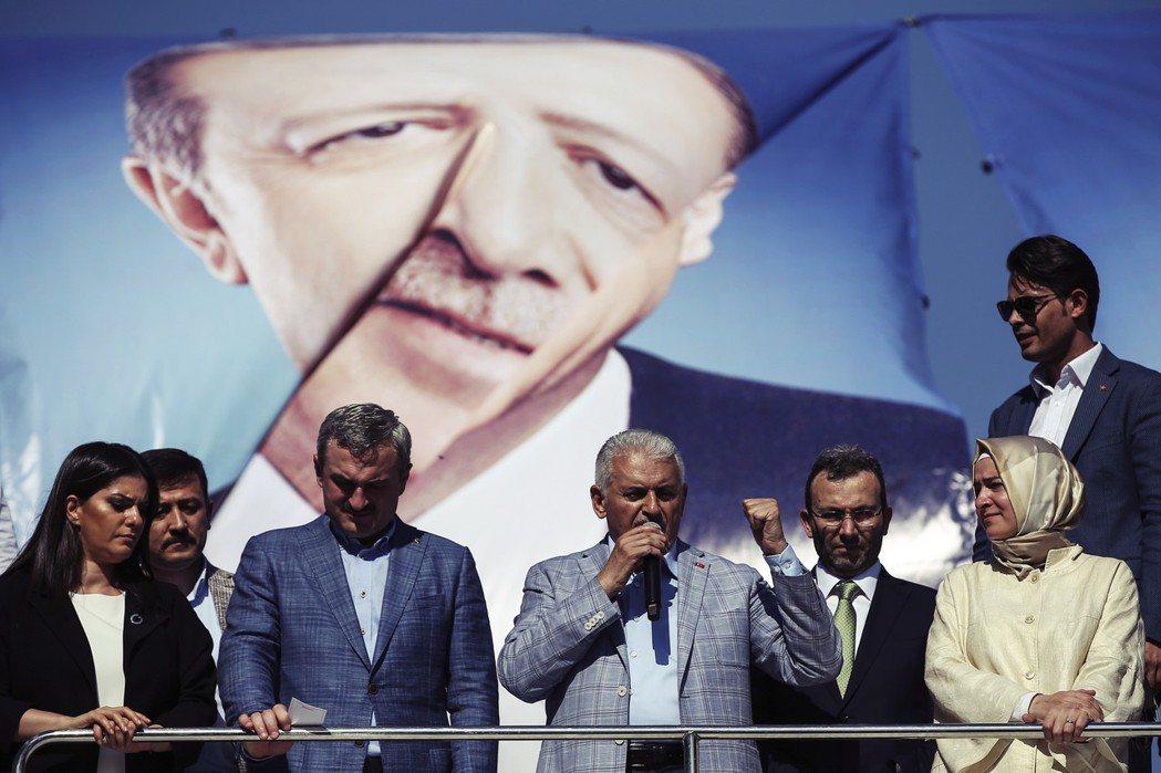 耐人尋味的是,葉德仁(圖中)陣營最強而有力的宣傳看板人物土耳其總統厄多安,則一改...