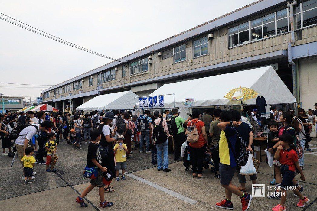 鐵道迷也有不同的世代年齡,各地舉辦的活動中,也常見到父母帶小孩一起參加的景象,算...