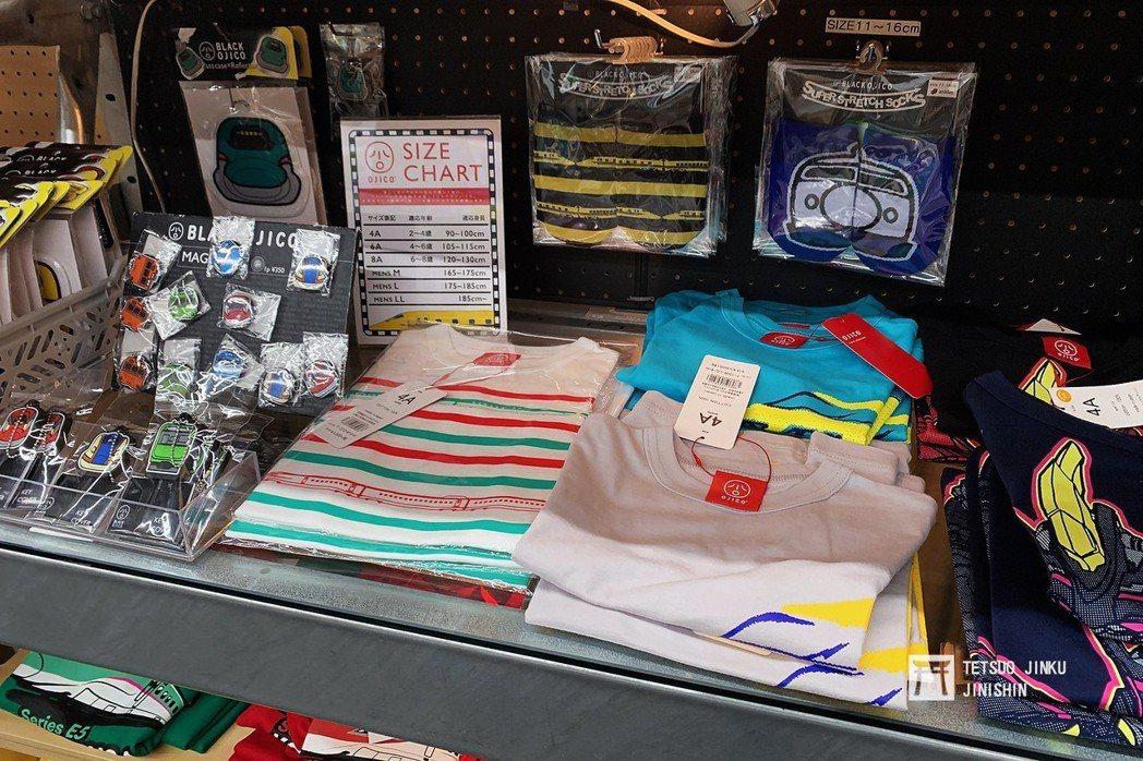 各種鐵道蒐藏品與周邊商品,都是鐵道迷搶購的目標。 攝影/陳威臣