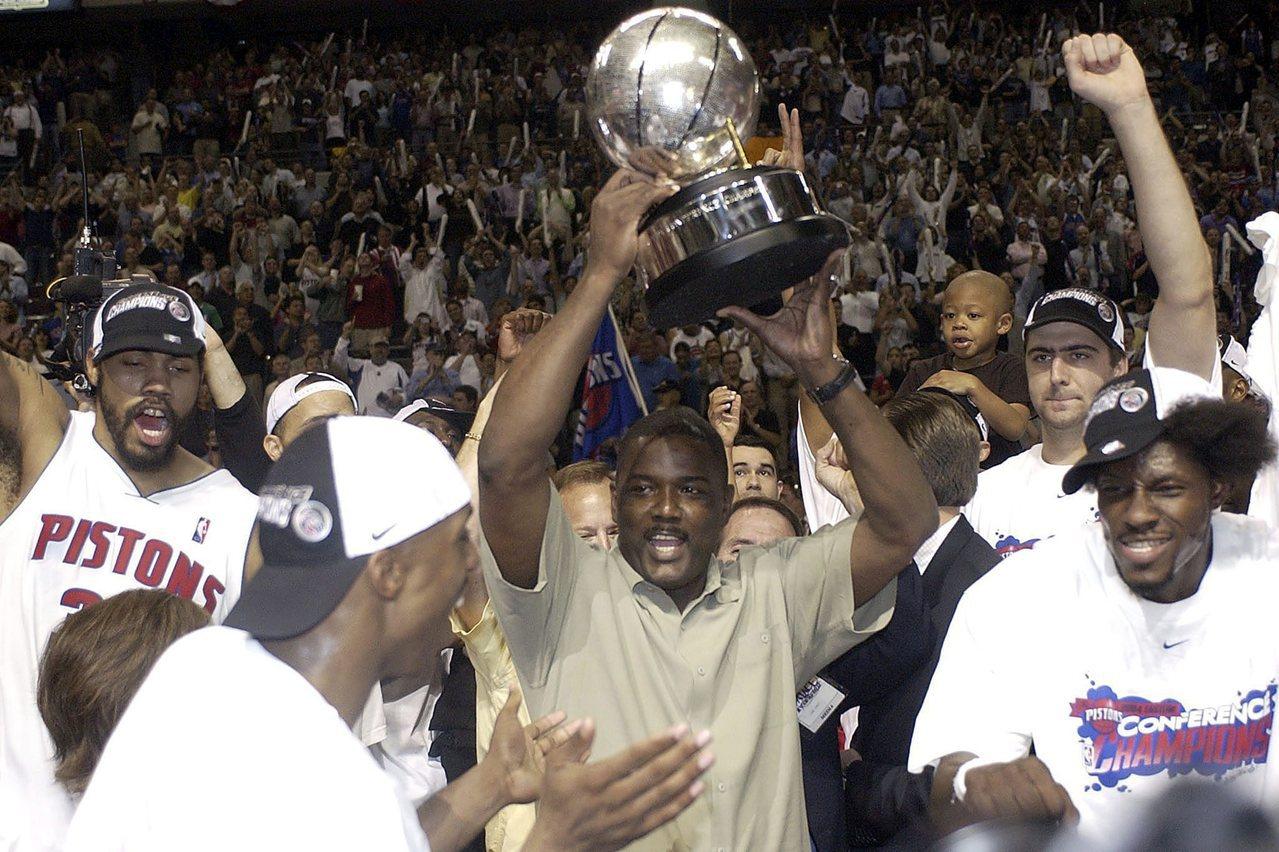 杜馬斯(高舉獎盃者)在活塞擔任總管時期,打造了先發5虎陣容勇奪2004年總冠軍令...