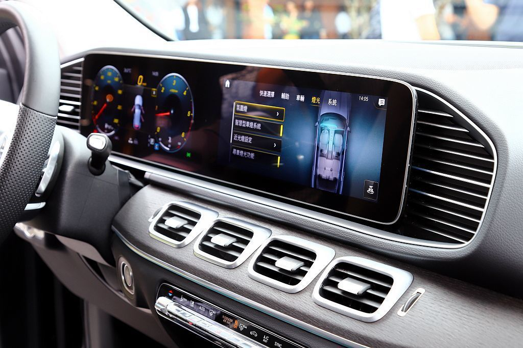 賓士GLE由雙12.3吋的數位螢幕為主體的中控台,無論是造型或操作方式完全跳脫傳...