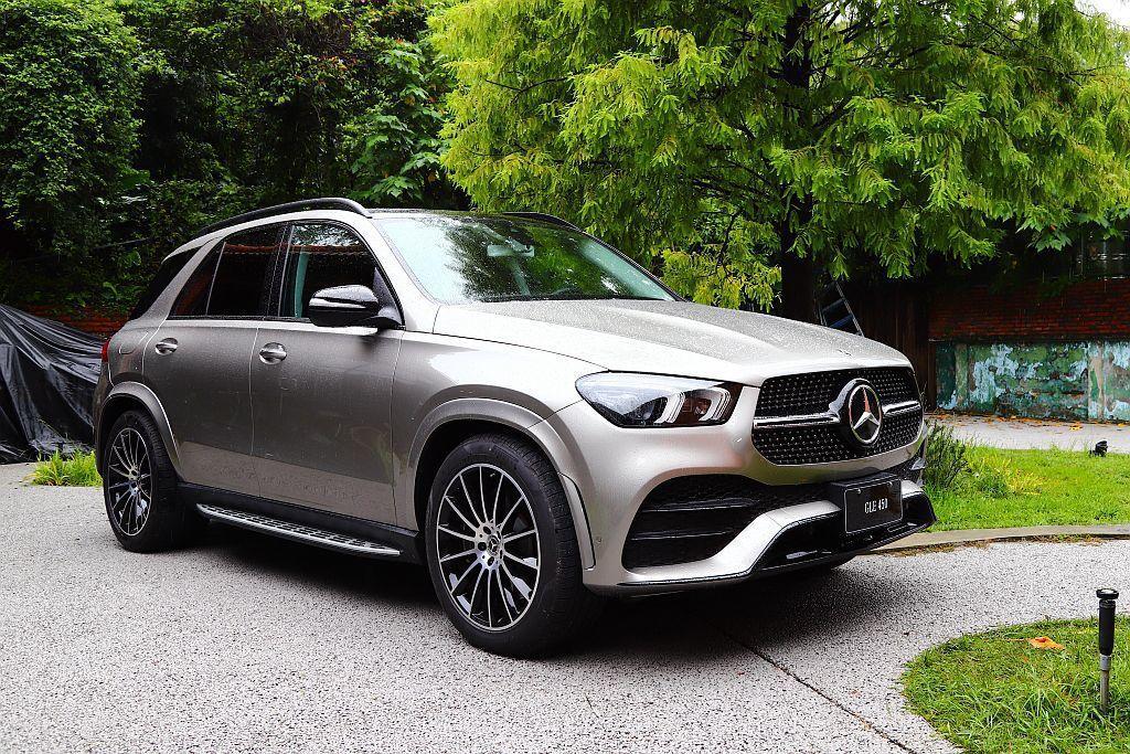 全新賓士GLE擁有更大的車身尺寸,長寬高分別為4,924mm、1,947mm、1...