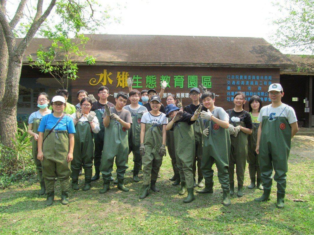 生科系就業學程學生至官田進行友善耕作與生態保育實習。 嘉藥/提供
