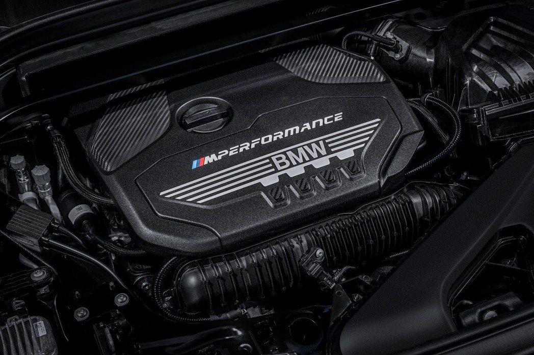 搭載2.0升汽油直列4缸雙渦輪增壓引擎,最大馬力達306匹德制馬力。 圖/汎德提...