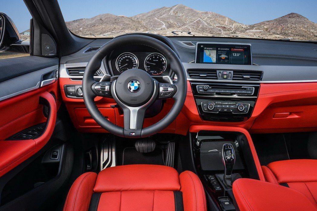 M款多功能真皮方向盤搭配 M款車況抬頭顯示器。 圖/汎德提供