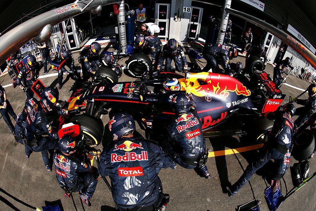 進站維修及換胎是Formula 1必要的過程,當Red Bull賽車車隊準備維修...