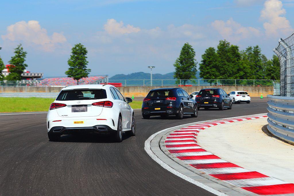 教練會各關卡帶領學員慢慢掌握車輛特性與操控實力,最終再以完整單圈賽道駕馭來驗收整...
