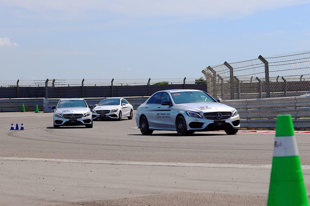 賽道過彎技巧關卡使用動力較大的AMG車款,且選擇麗寶賽道壓迫感最大且具有上/下坡...