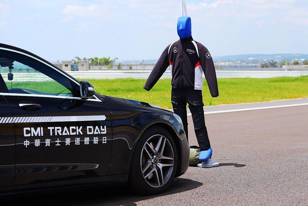 智能駕駛輔助體驗,迅速了解賓士安全科技。 記者張振群/攝影