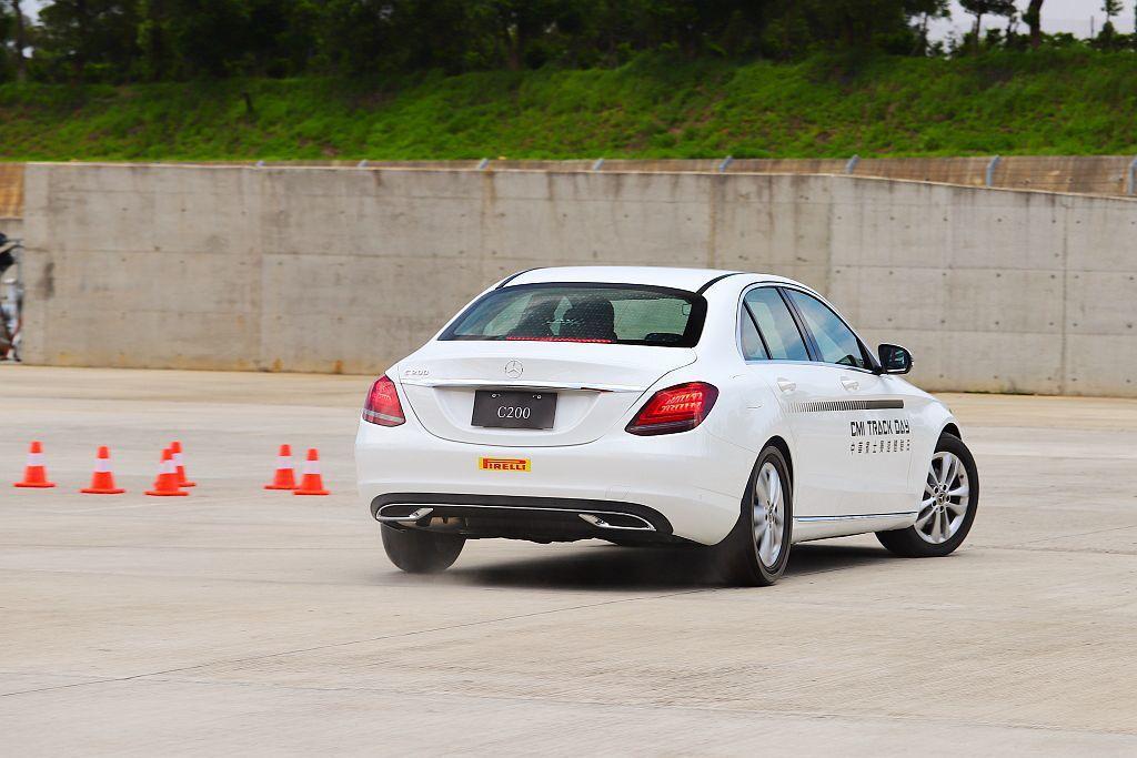 當ESP系統啟動時,電腦會自動計算速度與後輪的左/右速差,施以單側輪胎剎車或切斷...
