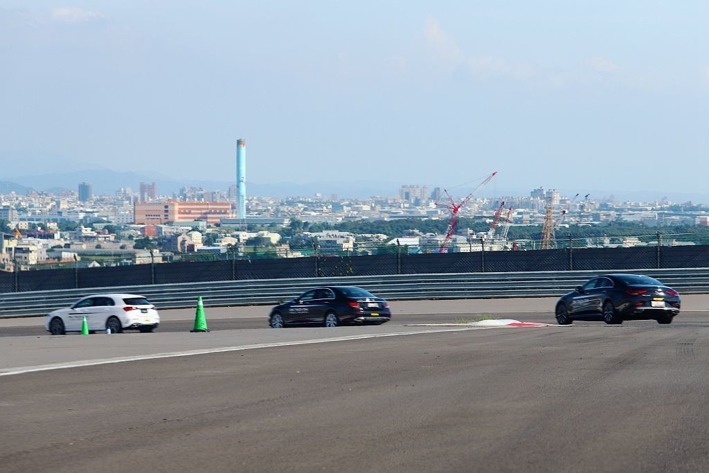 繞行賽道體驗除有賓士A-Class掀背車外,也會駕駛E-Class、CLS-Cl...