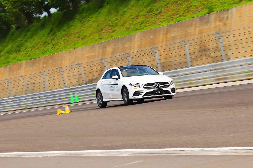 賓士A250運動版車型較活潑的懸吊設定與車尾靈活度,在繞錐項目中可說是越跑越暢快...