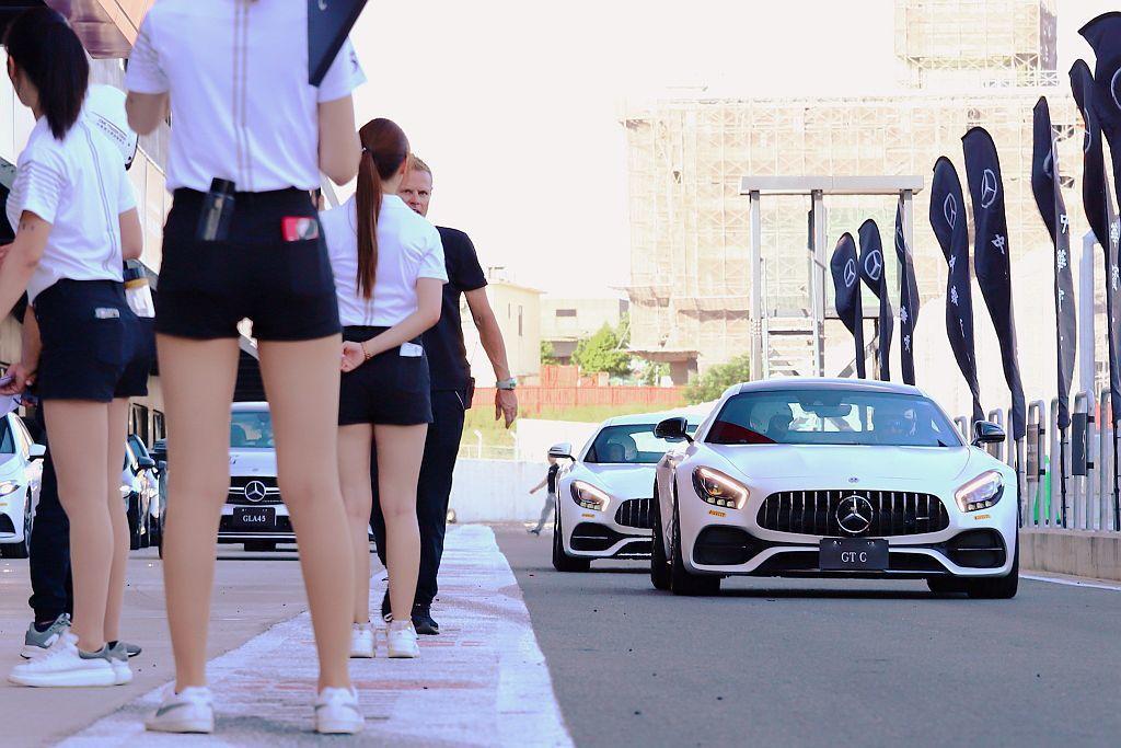 各組教練會選出一位表現最好的學員乘坐賓士AMG當家跑車GT S、GT C繞行賽道...