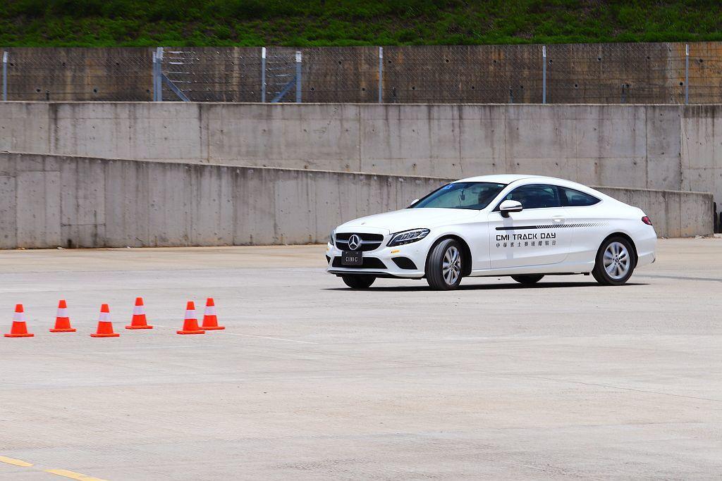 車身穩定控制體驗,感受關閉ESP電子車身穩定系統後的車尾滑移搶救。 記者張振群/...