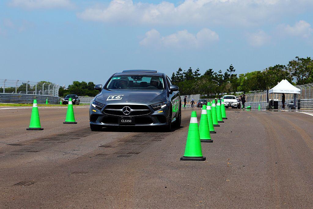智能駕駛輔助體驗第一項就是要學員駕駛車重較高的賓士E-Class、CLS-Cla...