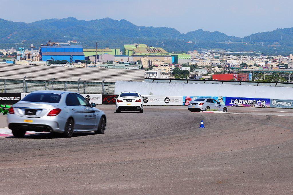 賽道過彎技巧,考驗學員真正的車輛操控能力。 記者張振群/攝影