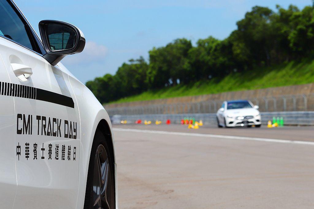 車身操控訓練為最基礎的繞錐駕馭學習。 記者張振群/攝影