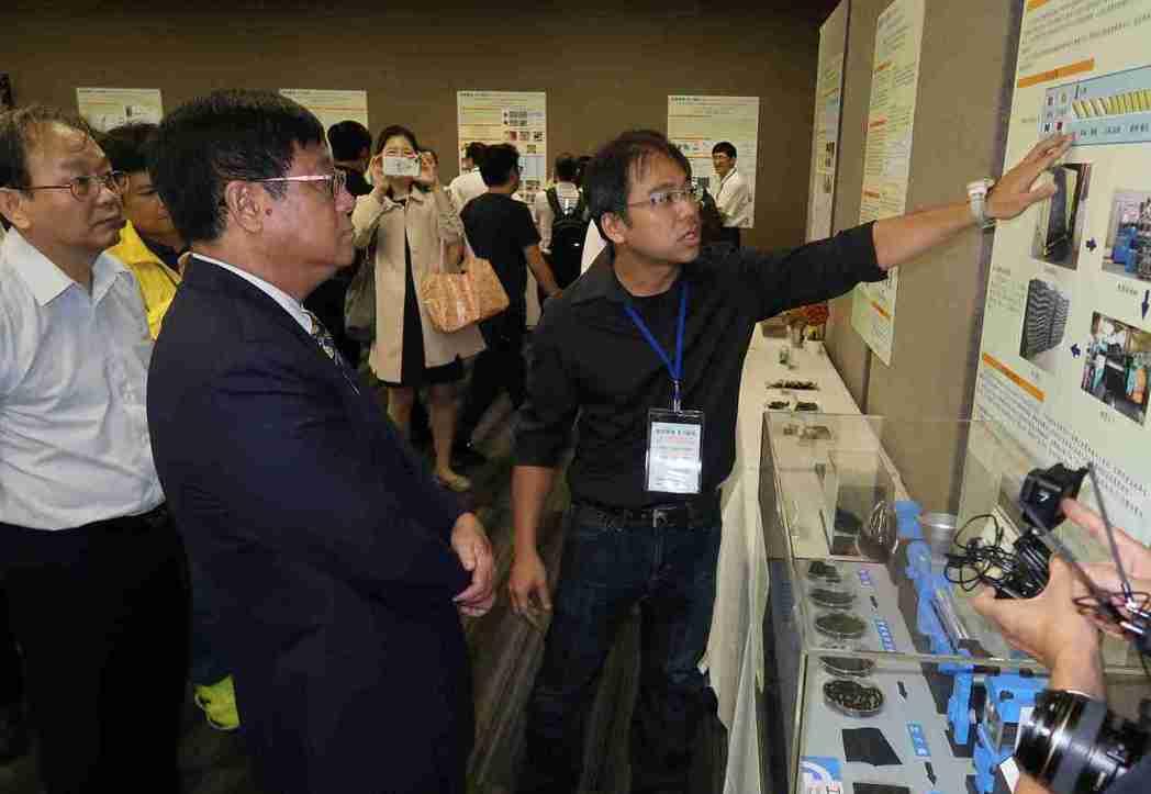 環保署署長張子敬(左)參觀工研院等單位的回收技術研發成果。 李炎奇/攝影