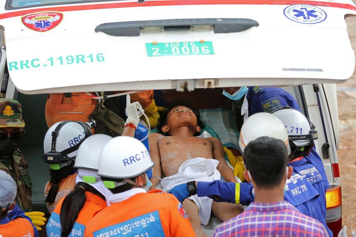 事發之後,柬埔寨上下也全力動員,試圖在黃金72小時內救出受困工人。但由於事故狀態...