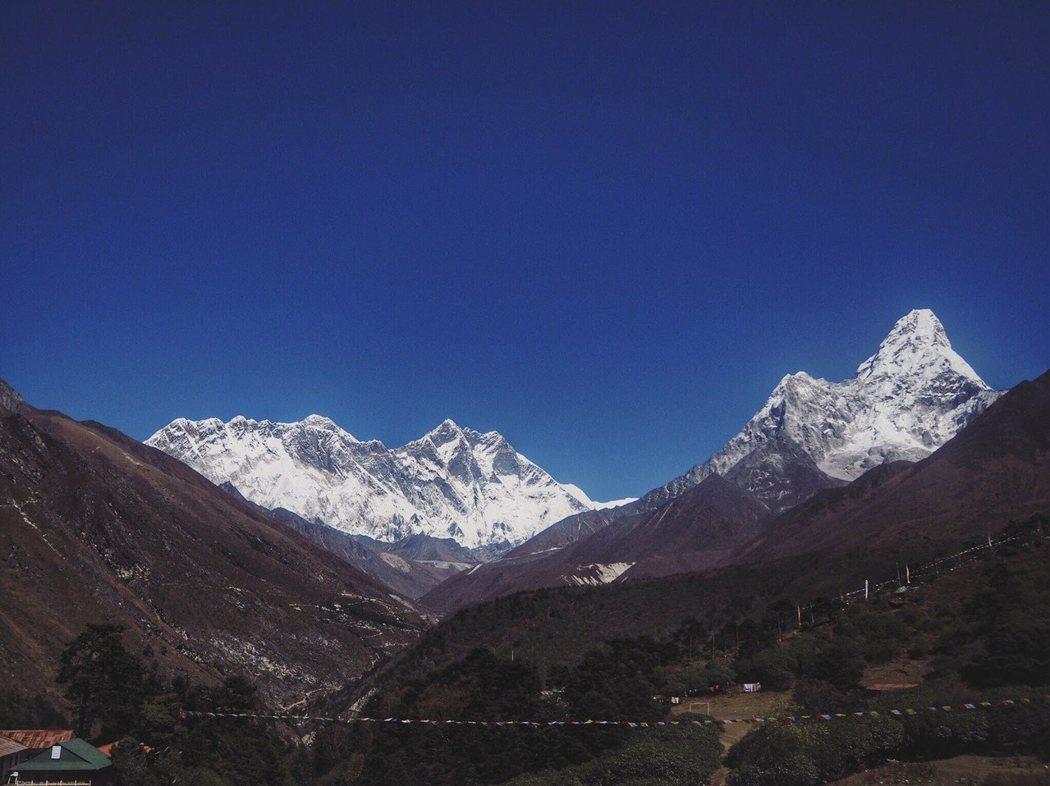從Tengboche 寺院看見的Mount Everest,最左邊最小的小山峰。