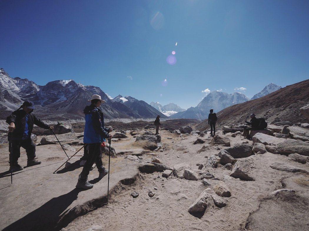 海拔5300米,地面上再也長不出任何植物,可是依然沒有雪 。