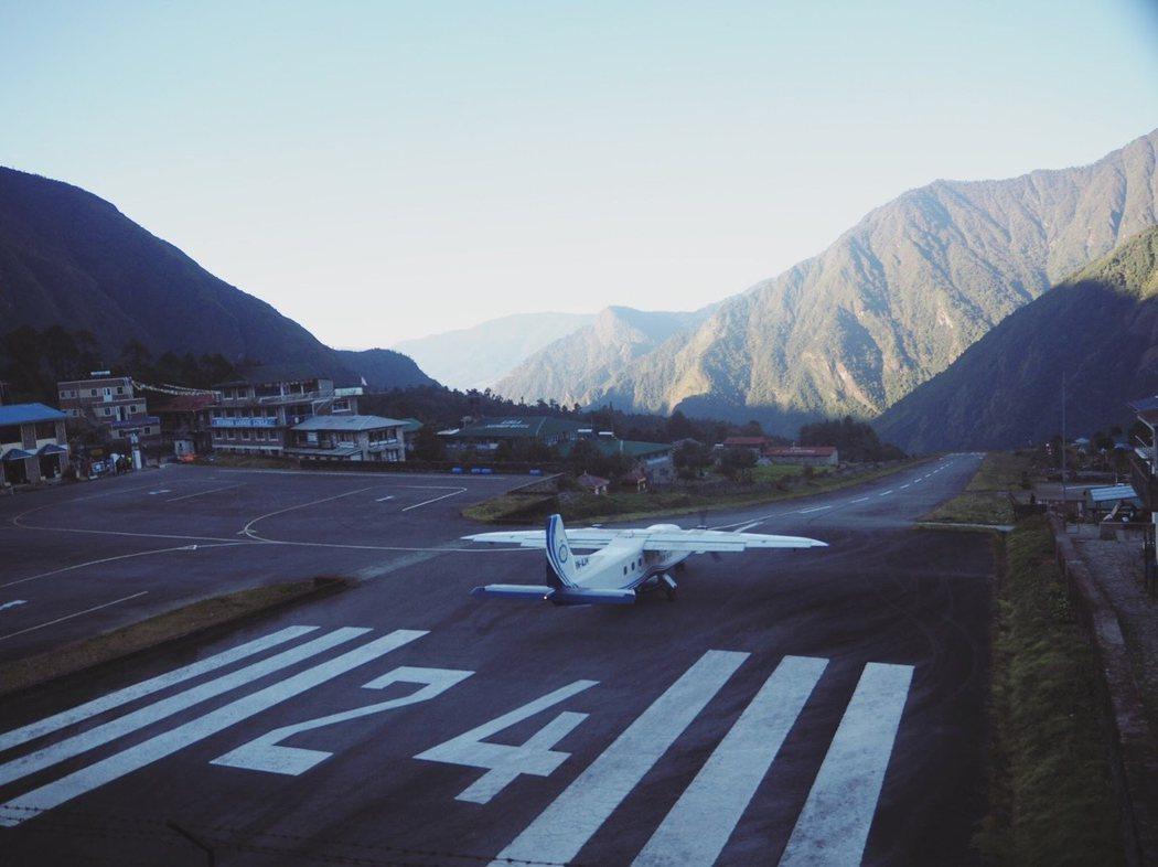 Lukla 機場的跑道很短,飛機起飛不了就會掉下懸崖。
