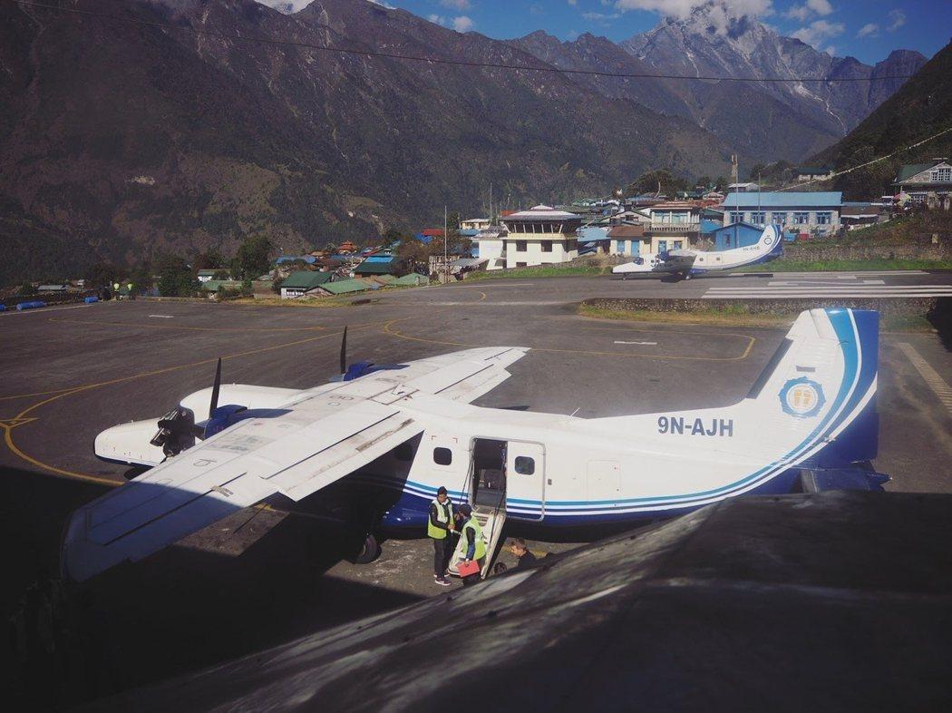 因爲機場的大小,Lukla 機場只可以容納小型飛機和直升機。