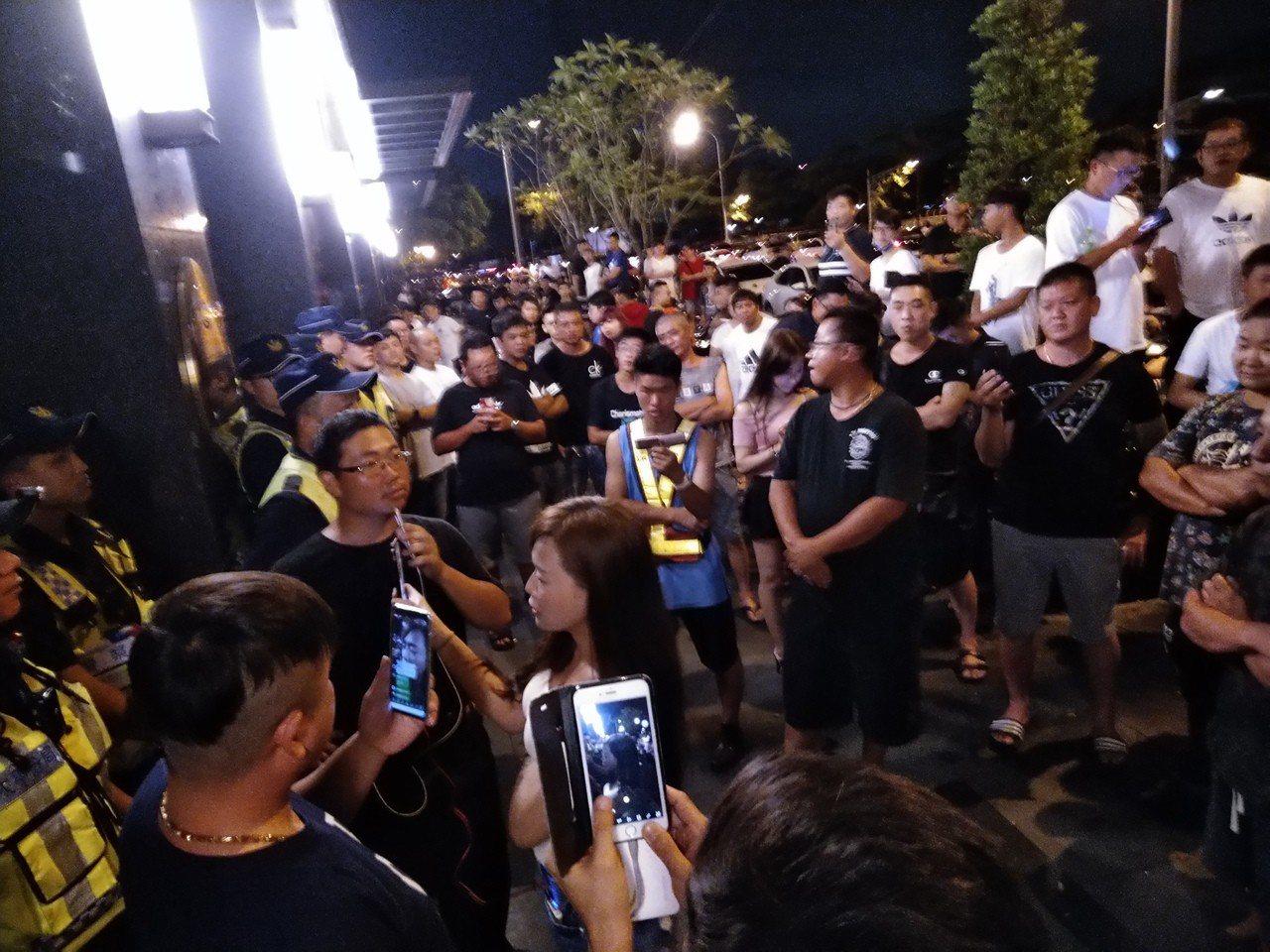 鄉民和警在大樓前對峙。記者黃寅/攝影