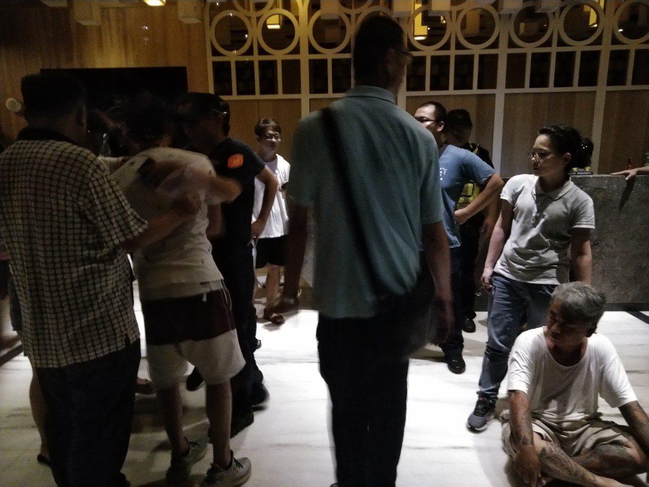 警方逮人進入大樓。記者黃寅/攝影