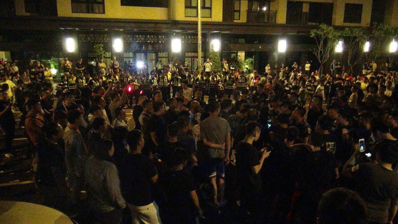 台中市女童疑遭虐待案,大批網友從昨晚開始在太平區保母住處前聚集,引發數波警民衝突...