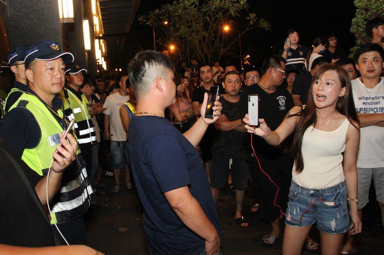 臉書粉絲頁「冠廷往事」就在大樓的警察人牆前直播,要保母出面。記者黃寅/攝影