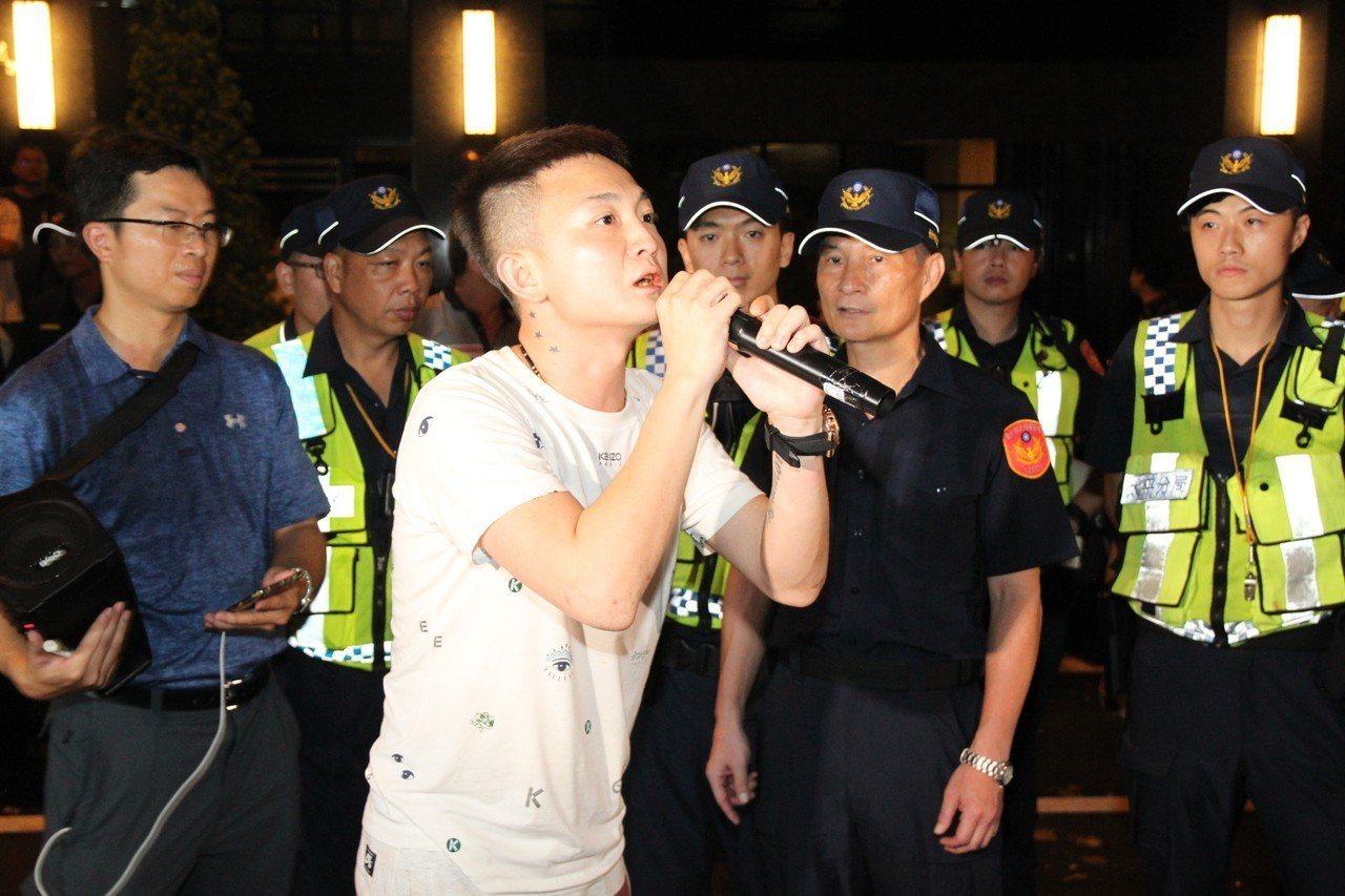 冠廷往事男直播主向在場群眾喊話,表示訴求已達到,希望大家離去。記者黃寅/攝影