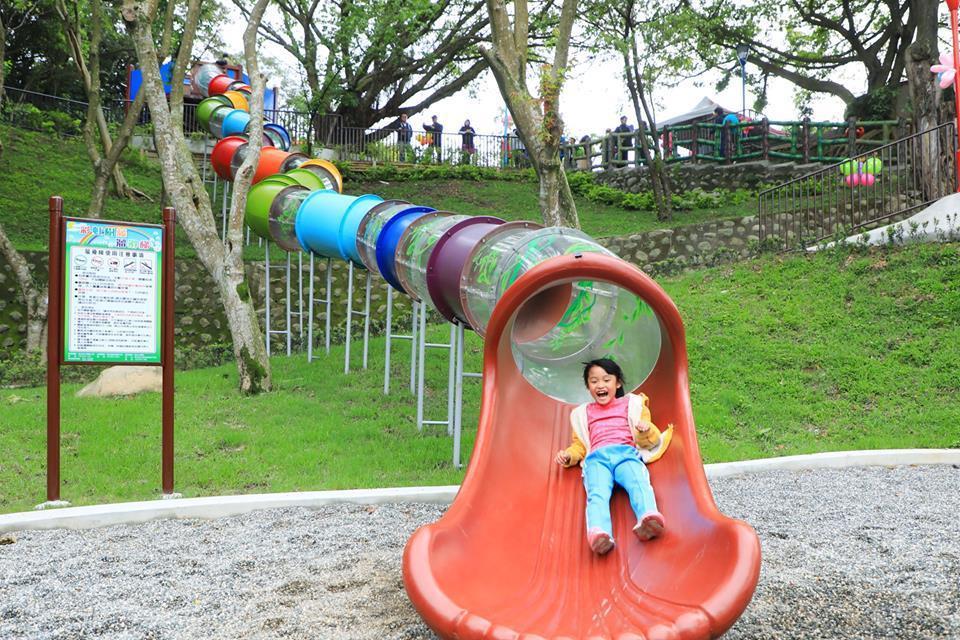 三峽中山公園擁有新北最長彩虹隧道溜滑梯。圖/新北市景觀處提供
