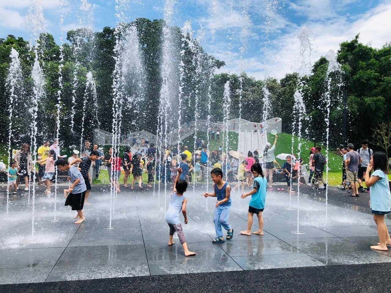 土城斬龍山遺址文化公園提供大小朋友玩樂的戲水噴泉。圖/新北市文化局提供