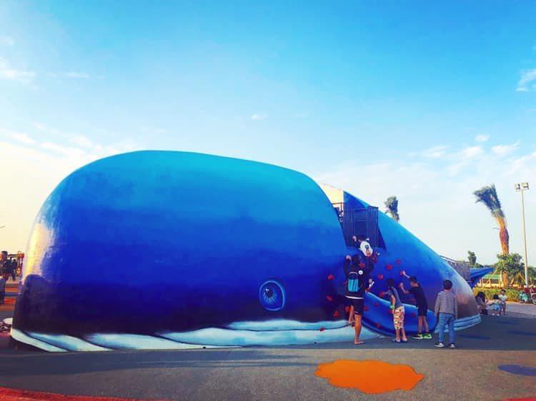 八里商港公園擁有全台首座鯨魚地景的共融滑梯。圖/截自「新北市立十三行博物館」臉書...
