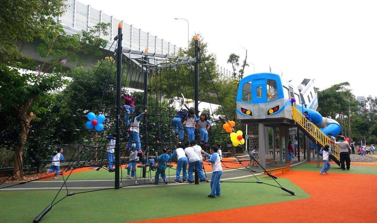 林口樂活公園為全台第一座捷運特色遊戲場,有一座4公尺高的塑木滑梯。圖/新北市高管...