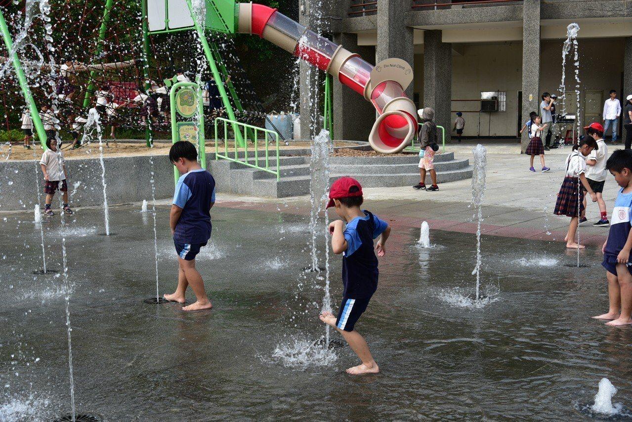 中和錦和運動公園提供大小朋友玩樂的戲水噴泉。圖/新北市城鄉局提供