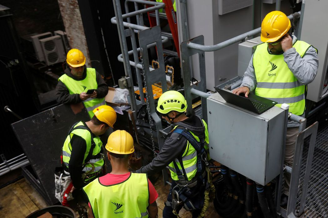 Sprint工程人員正在紐約市大樓屋頂裝置5G設備。 路透